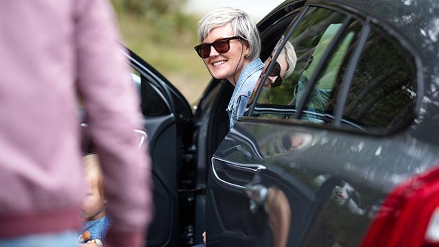 Blond jente sitter i bil