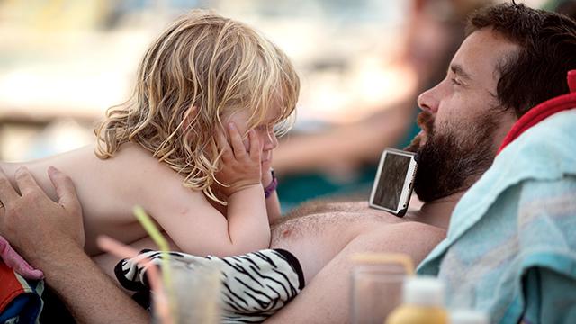 Far og datter på solseng