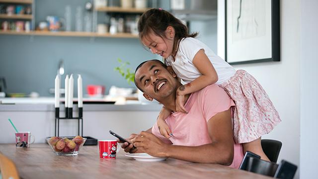 Far og datter ved frokostbordet