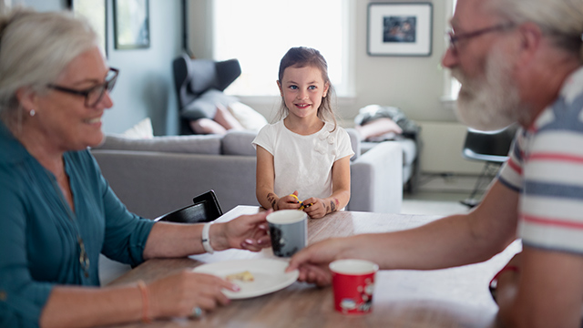 Frokost med besteforeldre og barnebarn
