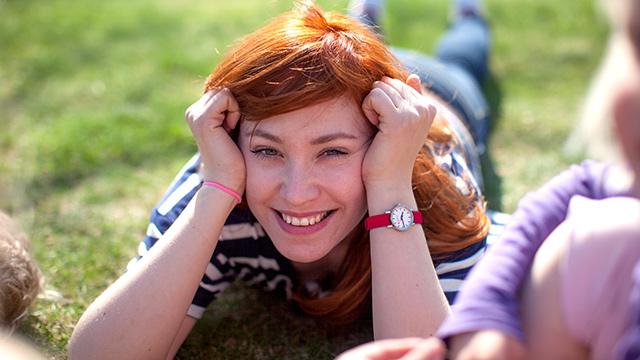 Jente ligger i park