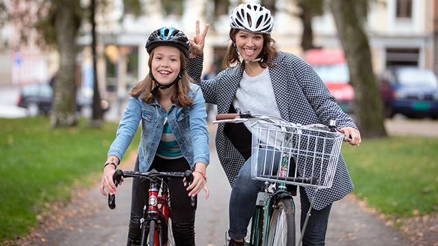 Mor og datter sykler i park