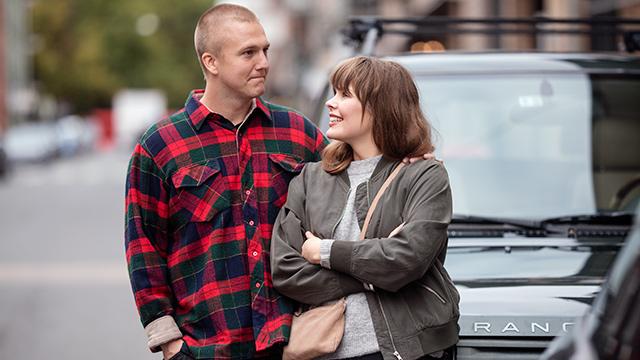 Par står ute og ser på hverandre